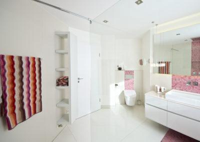 Weißes Bad mit Mosaik-Fliesen