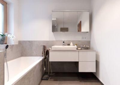 Badezimmer mit grauen Großfliesen