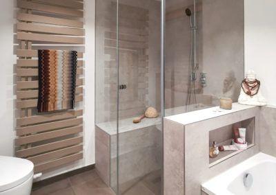 Badezimmer mit beige-grauen Großfliesen