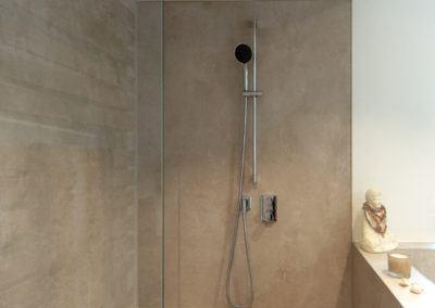 Dusche mit beigen XXL-Fliesen