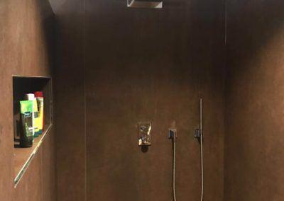 Braun geflieste Wellness-Dusche