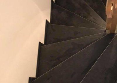 Schwarz geflieste Treppe