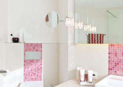 Badezimmer mit rosa-roten Mosaik-Fliesen